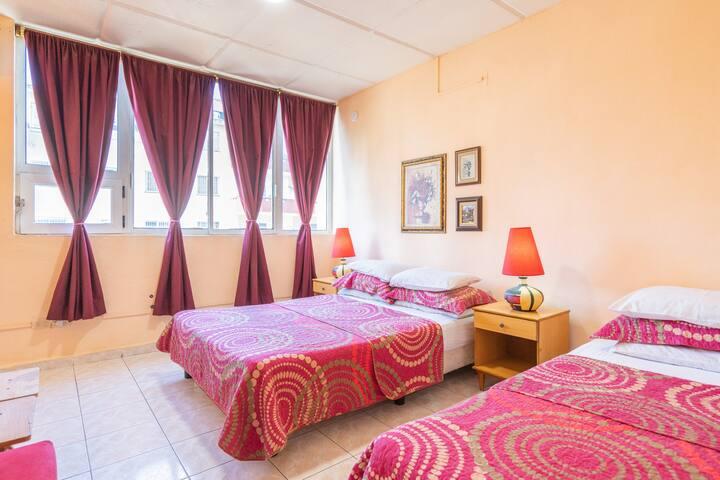 Habitación con dos camas, 3 almohadones para que disfrustes el descanso. Ah, las lamparas son de una muy buena artista plástica de La Habana