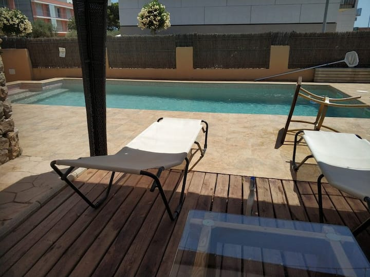 Calme et confort avec WIFI, terrasse, Piscine privée et mer à 200m.