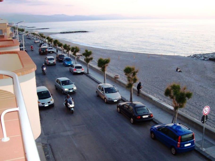 Seaside view from the balcony / Vista del lungomare dal balcone