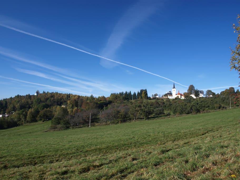 pohled na malšínský kostel a faru