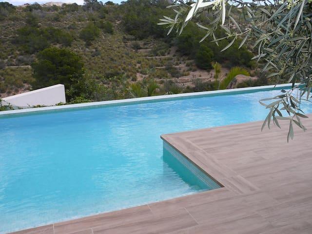 Design villa met infinity zwembad en vrij uitzicht
