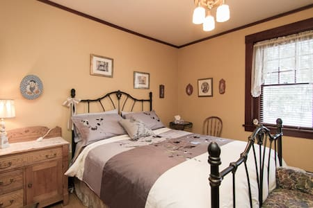 #2 | Private Bedroom in Charming ANCESTRAL HOME - Stanstead