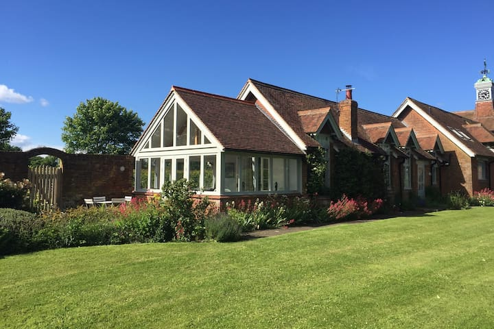 Delightful 3 bedroom country home, dog friendly