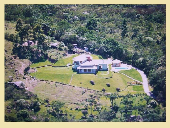 linda casa no meio da natureza no norte da ilha