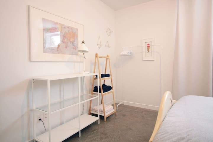Chambre. Tringle pour déposer vos vêtements et rangement pour serviettes de bain. Couverture supplémentaire.