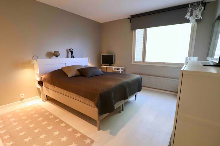 Newly Renovated Bedroom with a 3D TV + Breakfast!