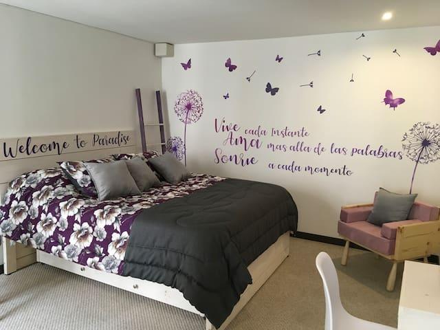 Podrás disfrutar de esta habitación privada, la hemos decorado cuidando cada detalle para ti!