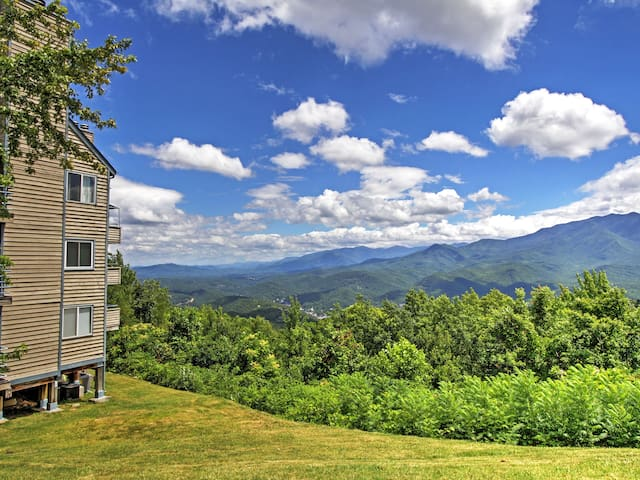 Updated Gatlinburg Studio w/Indoor & Outdoor Pools