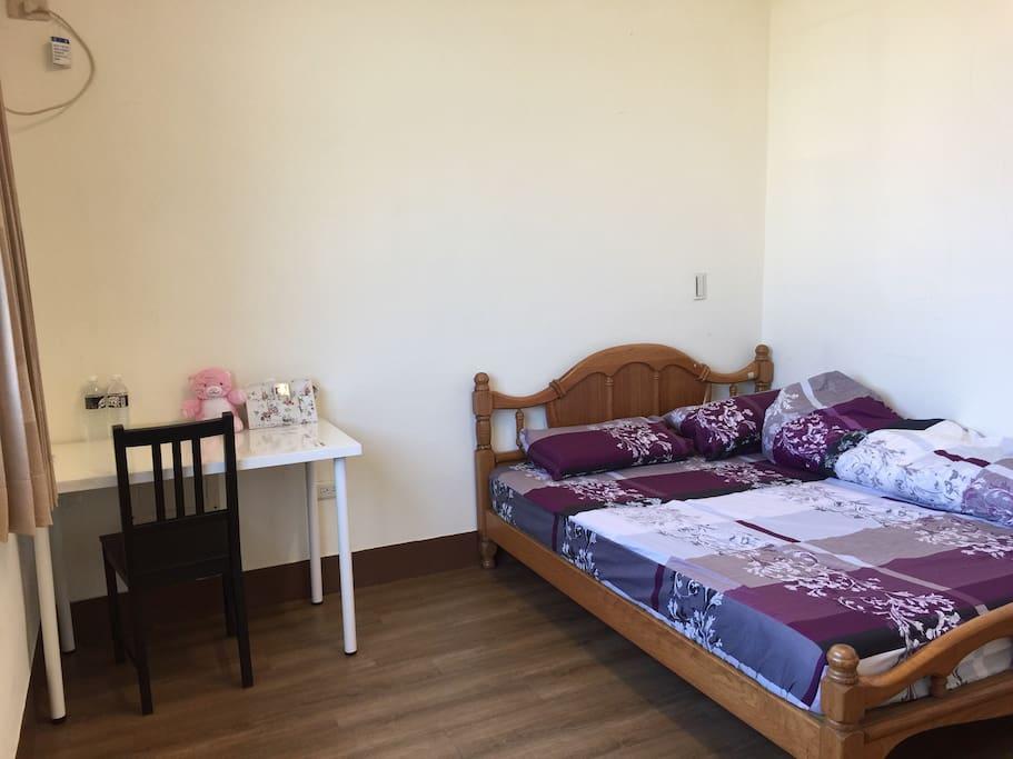 簡單整潔的房間,陽光也很充足