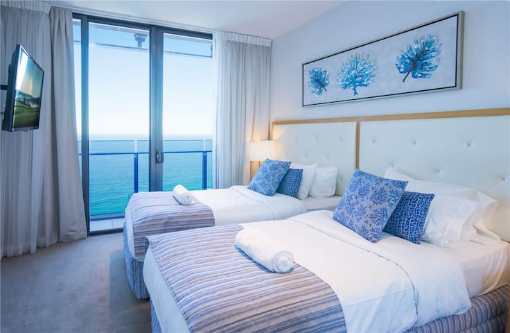 Second bedroom. Wonderful ocean view, sunny, clean and spacious, linen comfortable. Two single beds that can also be combined into a super King size bed (please inform in advance if necessary).