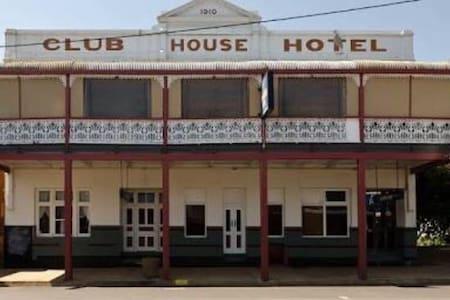 Club House Hotel Peak Hill Room 10