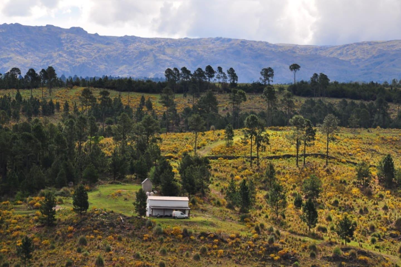 Ubicada entre las sierras chicas y las altas cumbres en el Valle de Calamuchita, Córdoba, a 3 Km de Villa Berna y 14 Km de La Cumbrecita. El cordón montañoso que se ve de fondo es el cerrro Champaquí de 2884 msnm.