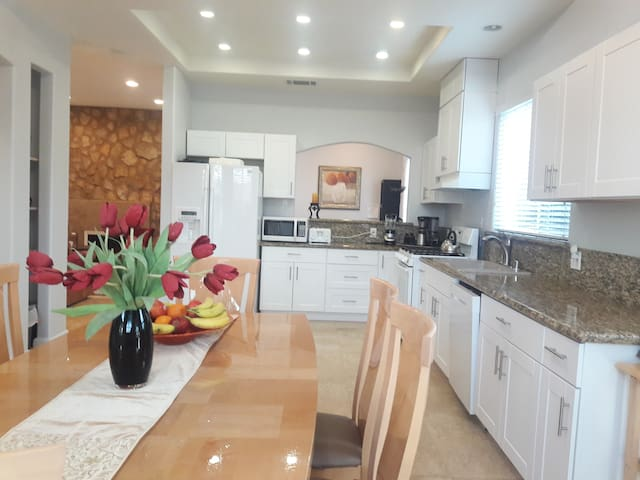 Minutes from  Disneyland,Conv. Center,Beaches!