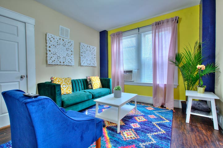 Bright, Stylish condo in CWE
