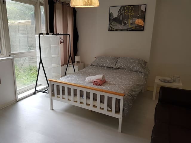 Trendy Room in Zone 2 with private garden  (2)