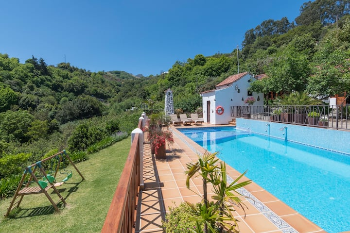 Holiday cottage with shared pool (GC0002)