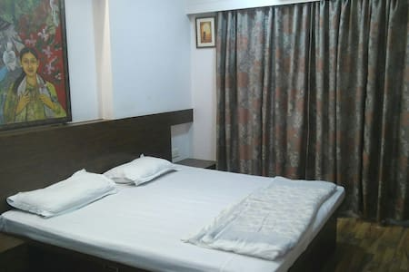 Modern bedroom. 5mins from Airport.