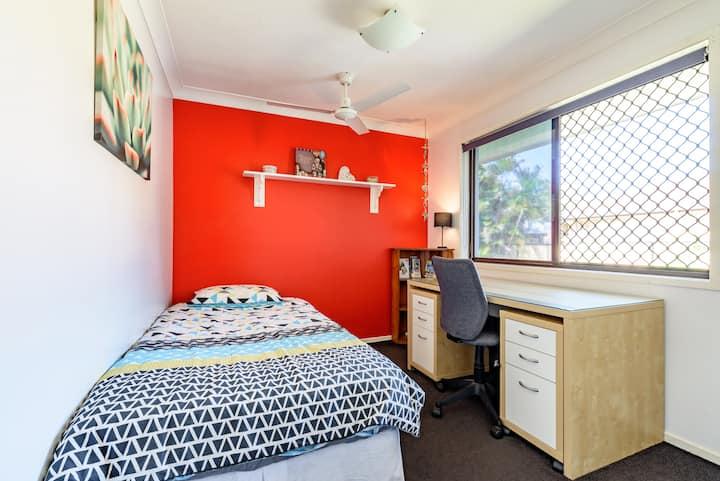 Red room in lovely, quiet neighbourhood!