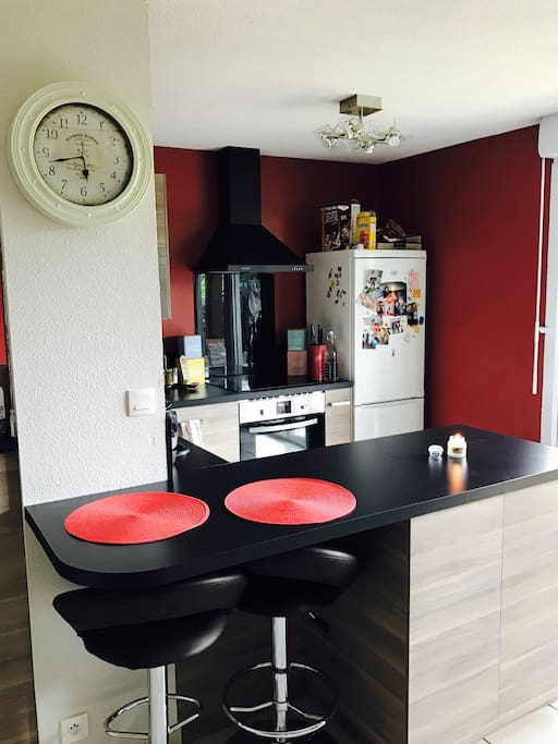 Le coin cuisine , ouverte sur la pièce de vie et la terrasse .