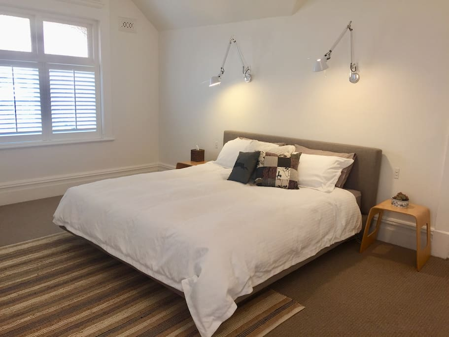Fresh and extremely large private room with king size bed.  Feather/down doona and electric blanket to keep you warm on those Tasmanian winter nights