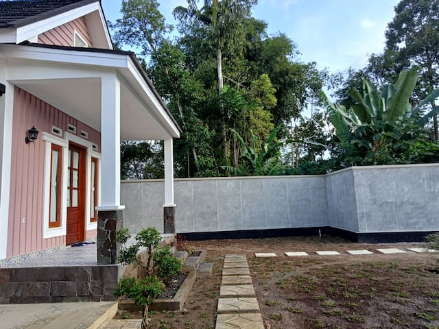Private cottages with swimming pool (Merapi Room)