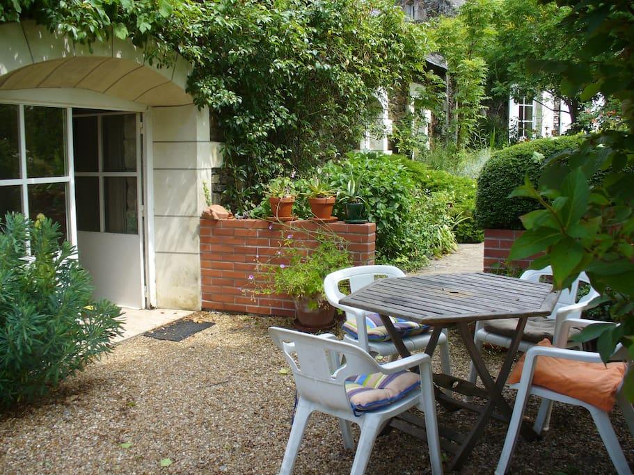 Terrasse devant la maison avec mobilier de jardin