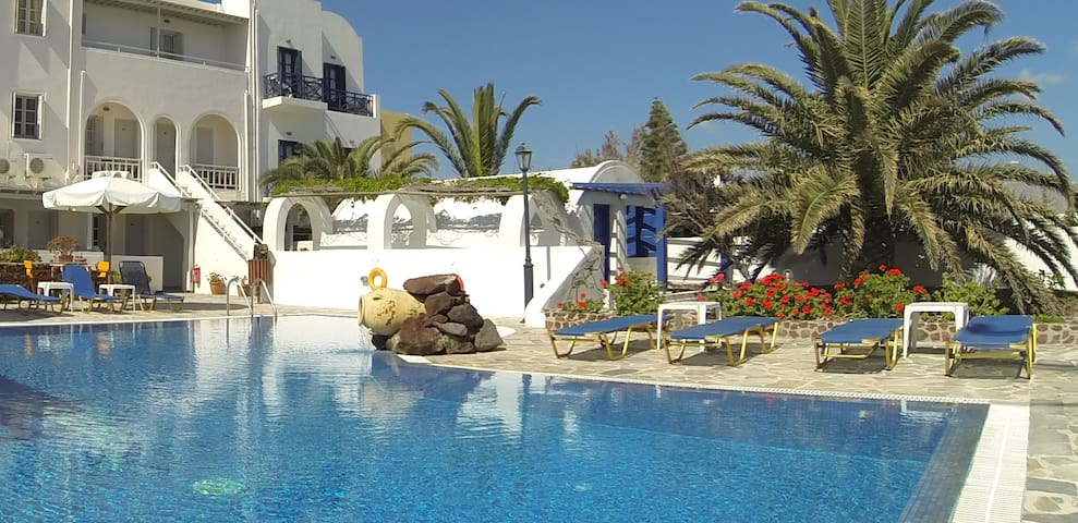 Traditional triple room by the pool - santorini  - Boutique hotel