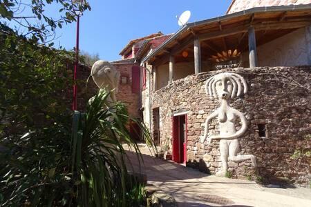 Maison en pierre atypique, cases africaines