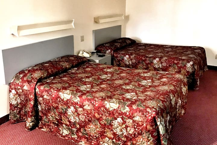 2 double beds room clean & cozy,non smoking - Watertown