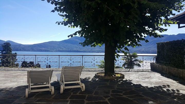 Scenografica villa con vista sul Lago Maggiore