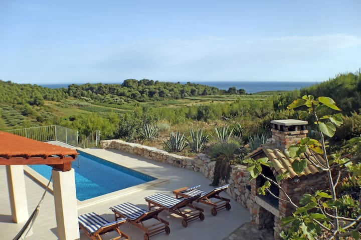 Pool sea view house, sleeps 5