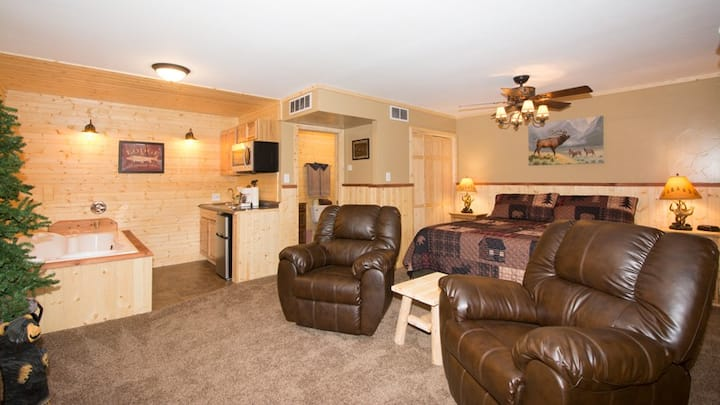 """Upper Canyon Inn & Cabins - """"Lodge 5"""" - Romantic Whirlpool Suite with Fireplace"""