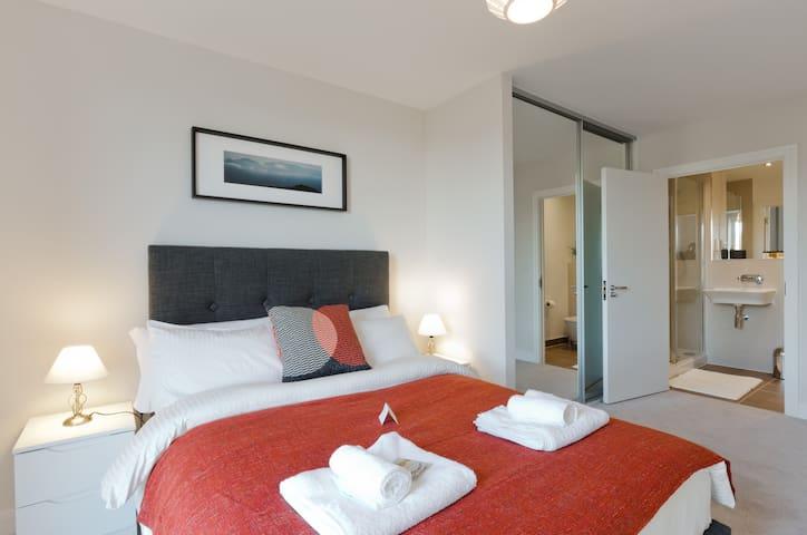 Luxury Montagu Apartment- Kennet Island, Reading