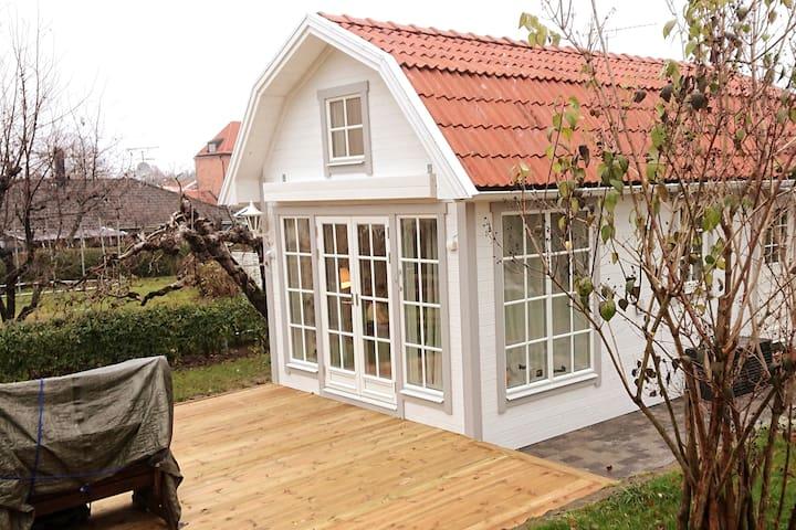 Nybyggt Attefallshus som är ombonat och sött.