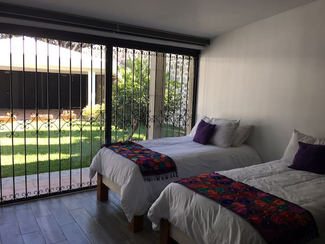 Habitación con dos camas individuales y baño compartido