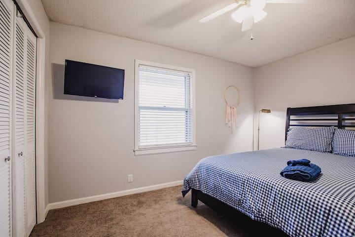 Private Queen Room near Redmond + Tennis Courts