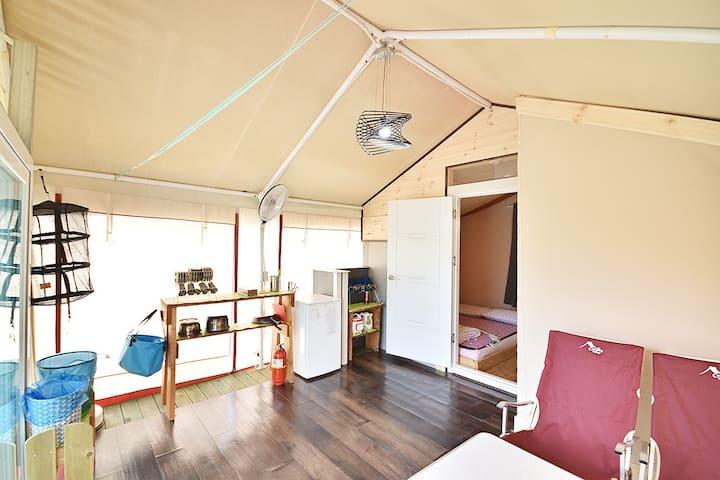 아늑한 침대와 다양한 시설이 구비되어 있는 원룸형 글램핑(객실 현장배정1) 텐트