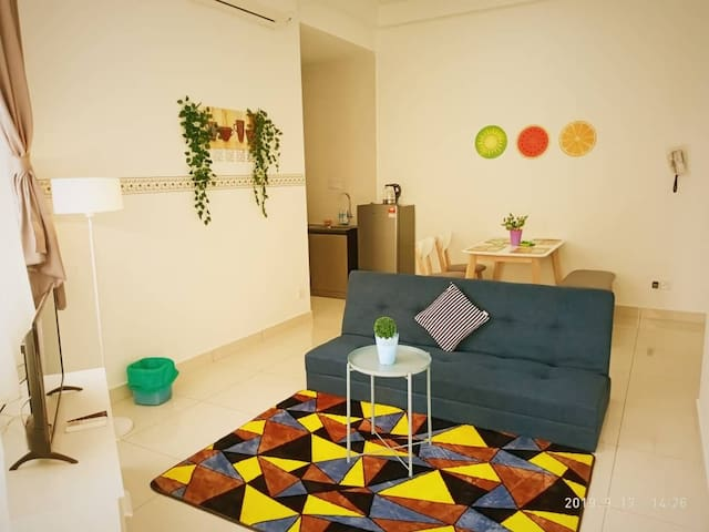 Well decorated private apartment private lift complete hot shower,washing machine,kitchen,iron box,water filter with suprb sea view. Apartment facilities FOC to use eg.Gym,Pool,Jacuzzi,Sky Deck etc etc.. 6KM to Queensbay mall 11 KM to Airport