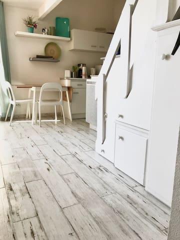 le séjour salon , équipé de table et chaises pour prendre les repas à l'intérieur si le temps ne permet pas de les prendre sur la terrasse