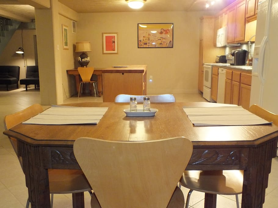 Large kitchen w/ dining table & table for computer work