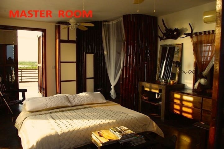 3RD FLOOR MASTER ROOM WITH INCREDIBLE VIEW OF THE REEF AND THE LAGOON
