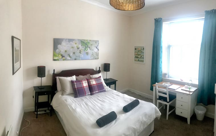 Handy Room in Central York - 10 mins from Station