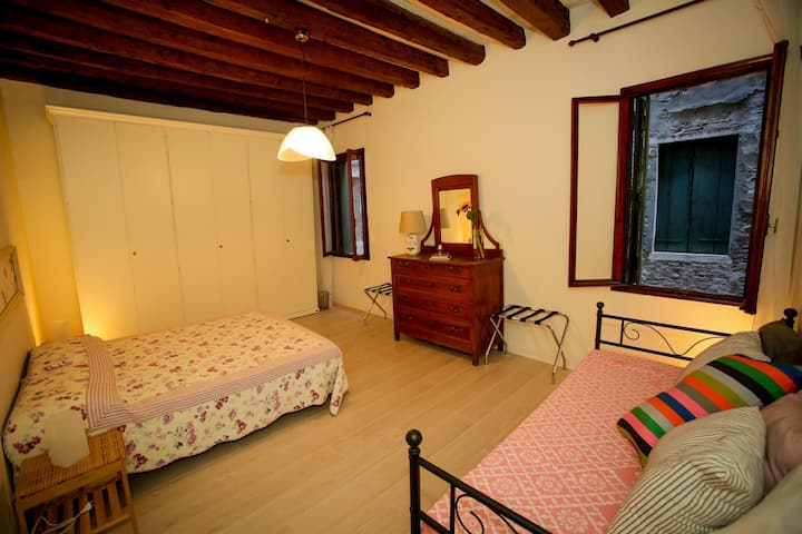 Living in Venice large room for 3 +breakfast&wifi