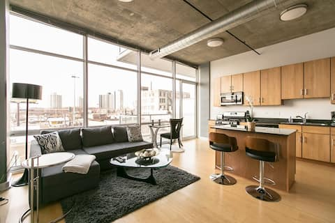 MODERN LOFT Downtown by McCormick w/KING BED WiFi
