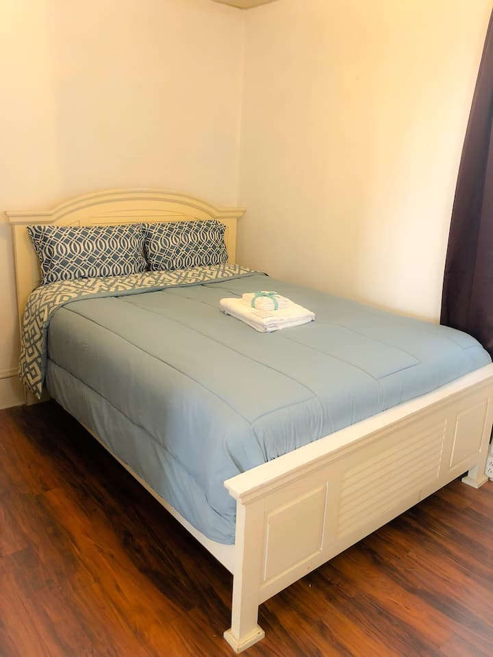 Private Room Single Fam Home 15mins from airport.