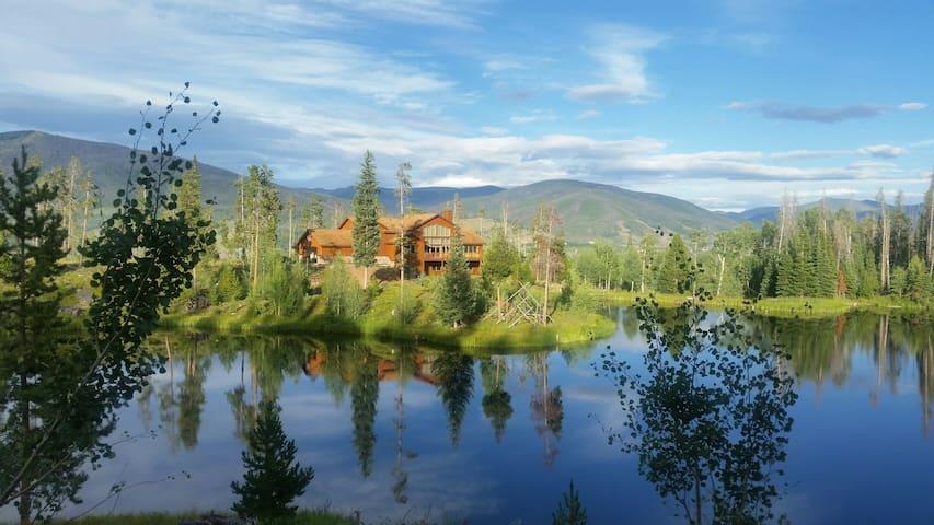 Bootlegger Lake Lodge, a majestic mountain home - Silverthorne - Rumah