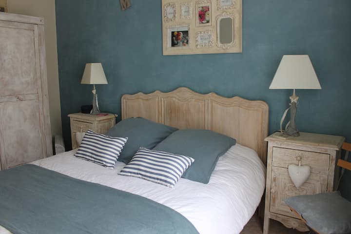 Chambres chez sculpteur dans  Pinèdes/pt déj. cps