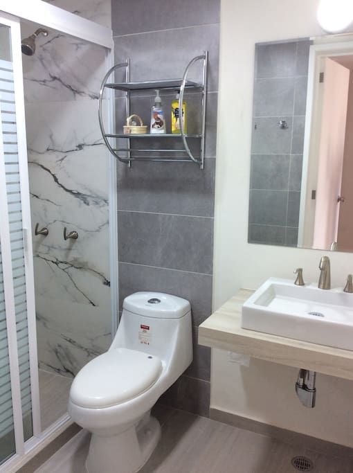 Baño con secadora y servicios básicos.