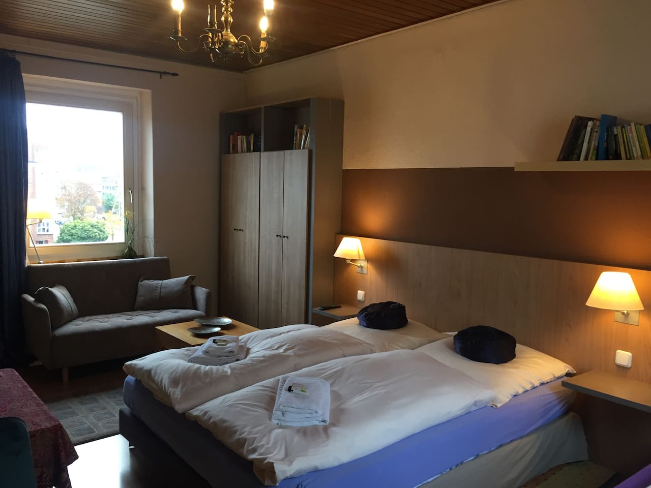 Doppelbett 1,60 x 2,00 m, SChlafsofa für Kinder und ein weiteres Bett 0,90x2,00m Küchenzeile mit Esstisch + 4 Stühle.