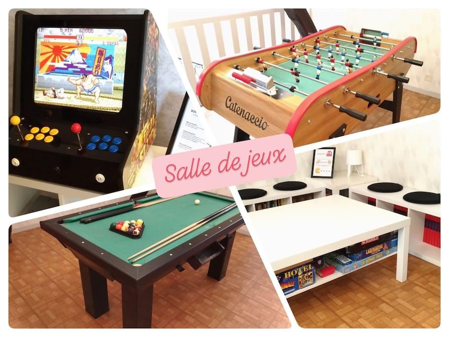 Une grande salle de jeux pour les enfants et les grands : jeux de société, baby-foot , billard et borne d'arcade